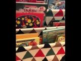 Сняла мини-обзор полочки для книг в зоне доступа ребёнка!⠀Здесь выставляется часть книг, которые выбирает САМ малыш!Меняйте 📚