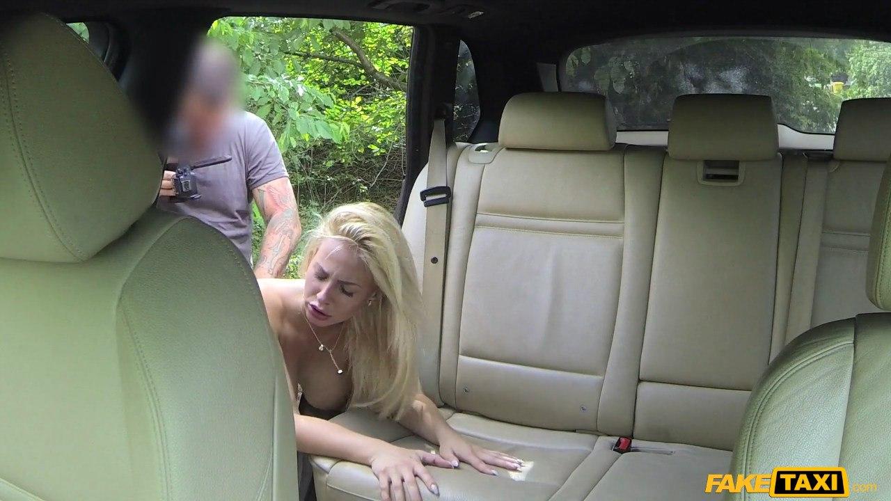 Горячая блондинка с большими сиськами глотает сперму в такси
