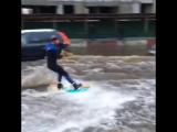 Москвич Махмуд прокатился на #вейкборде по затопленным улицам Москвы.
