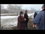 Женщина рассказывает стих про зажигалку