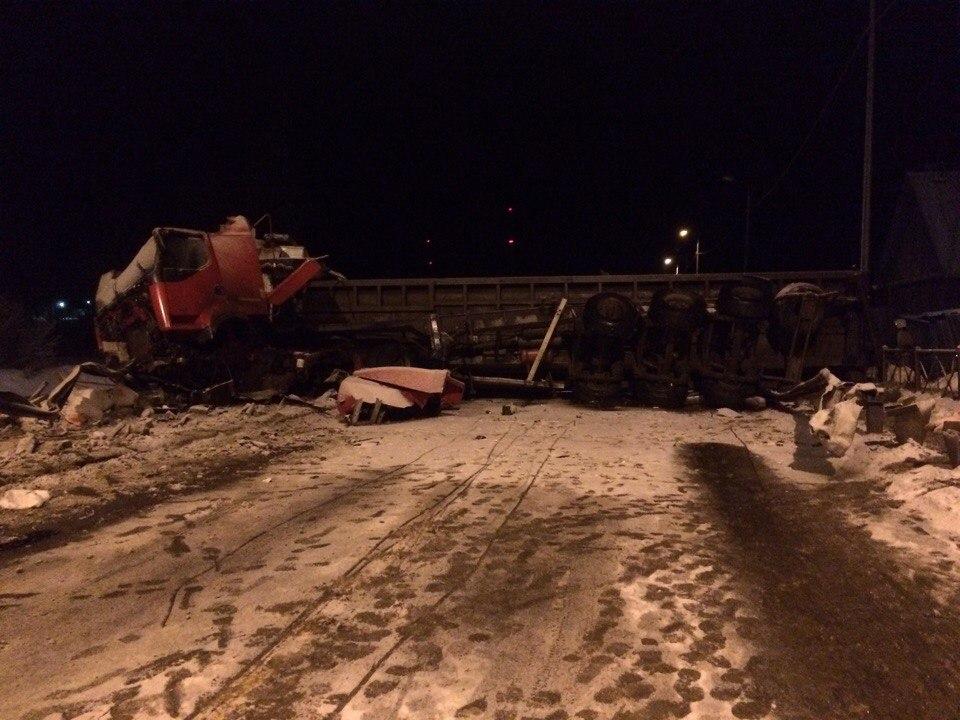 Металл, высыпавшийся из фургона, перекрыл дорогу вЛенобласти после ДТП
