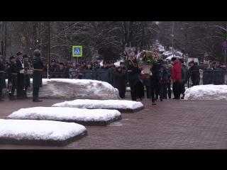 11:00 Торжественное возложение цветов к памятнику пожарным, спасателям и ветеранам МЧС России в честь Дня спасателя
