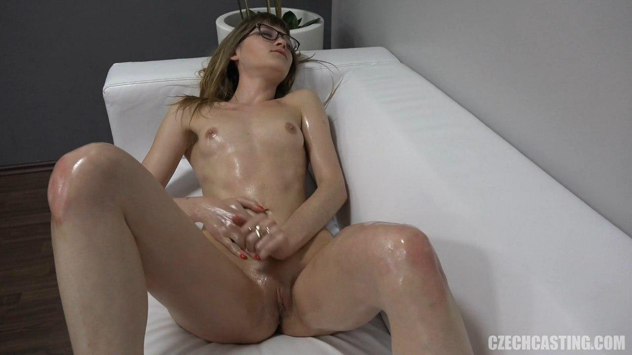 Стрйняшку трахнули на чешском порно кастинге