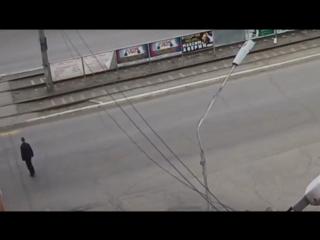 Пошел на красный, показал палец водителю, попал под автобус.  Жив.