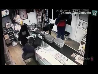 Любитель пива защитил бар от налётчиков