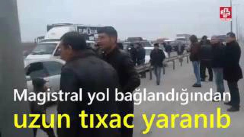 Səngəçal qəsəbə sakinləri Bakı-Astara magistral yolunu bağlayıb