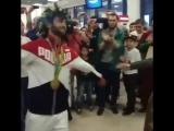 Олимпийский чемпион Беслан Мудранов танцует лезгинку в аэропорту Шереметьево по дороге из Рио в Армавир