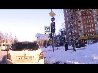 Дорожный знак в центре Архангельска едва не упал на женщину с ребенком