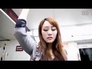 Китаянку лапают в автобусе за письку. Девушке явно понравилось