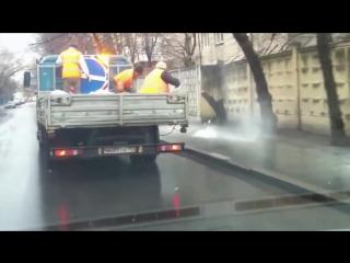 Коммунальщики посыпают солью тротуар