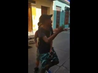 Фристайл в исполнении колумбийских уличных рэперов
