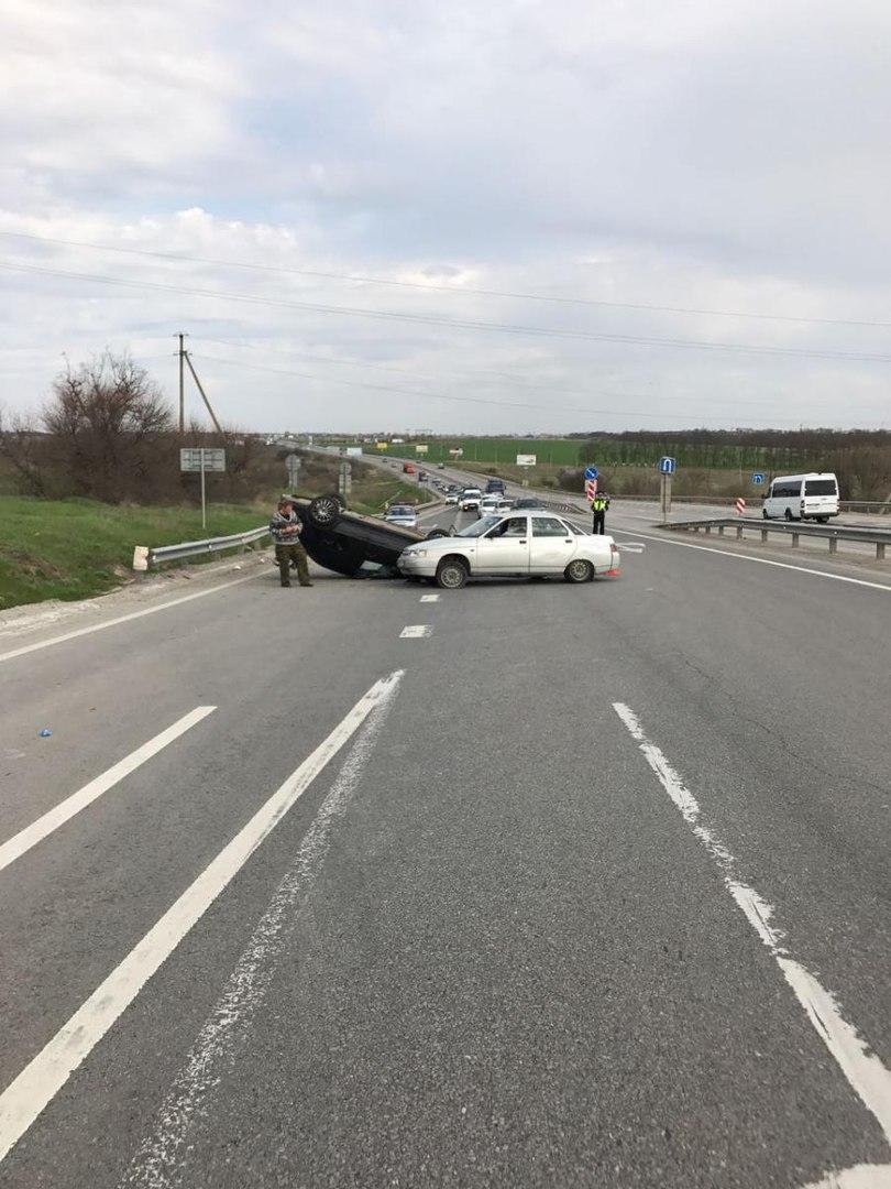 На трассе «Ростов-Таганрог» столкнулись «десятка» и Lada Granta, последняя перевернулась