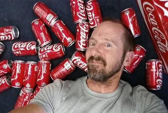 """Этот парень решил пить по 10 баночек """"кока-колы"""" ежедневно. Через месяц его было не узнать"""
