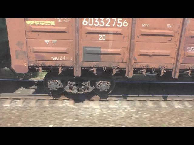 Гонка пассажирского и грузового поездов Вид из окна поезда на стук колес по стыку рельсов