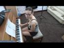 Мамка с большими сиськами учится играть на пианино потому что классика нравится ее новому парню
