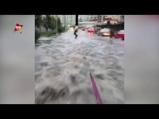 Москвич прокатился на вейкборде по лужам Красногорска