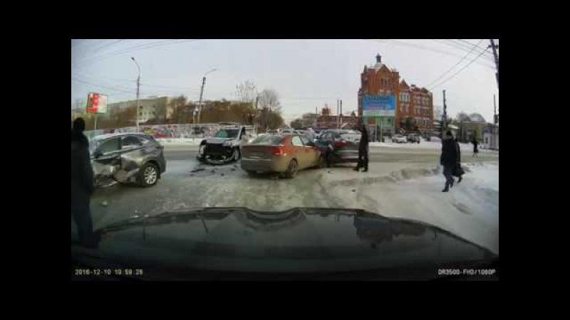 Лобовое столкновение на перекрестке жесткая авария в Омске группа avtooko сайт Предупрежден
