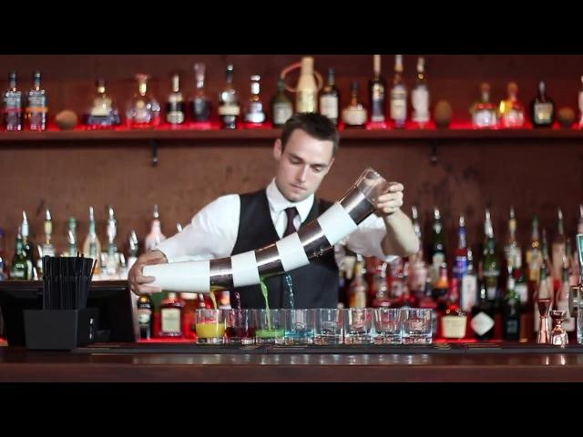 Датский бармен показывает свои навыки