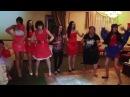 Дикие танцы на свадьбе, женщина очень смешно танцует!