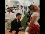 Такого не ожидал никто! Жених встал на колено перед дочкой невесты и спросил: