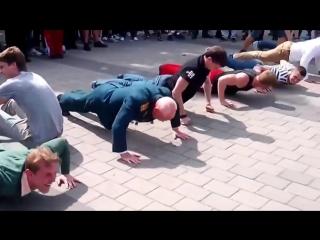 Дед отжимается больше, чем молодые