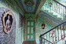 Киевский пенсионер Владимир Чайка превратил свой подъезд в дворец эпохи классицизма с лепн…