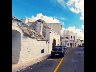 Один из самых удивительных городов в Италии Альберобелло славится своими белоснежными улочками ❤️