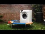 Что если положить кирпич в стиральную машину на батуте