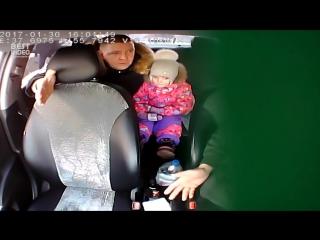 Таксист отказался везти ребенка без детского кресла