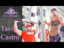 Фитнес модель и бизнесмен Tavi Castro бомбит плечи!