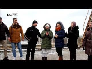 Студенты спели «Спят курганы темные» в «серой зоне» на мосту, разделяющем ЛНР и ...