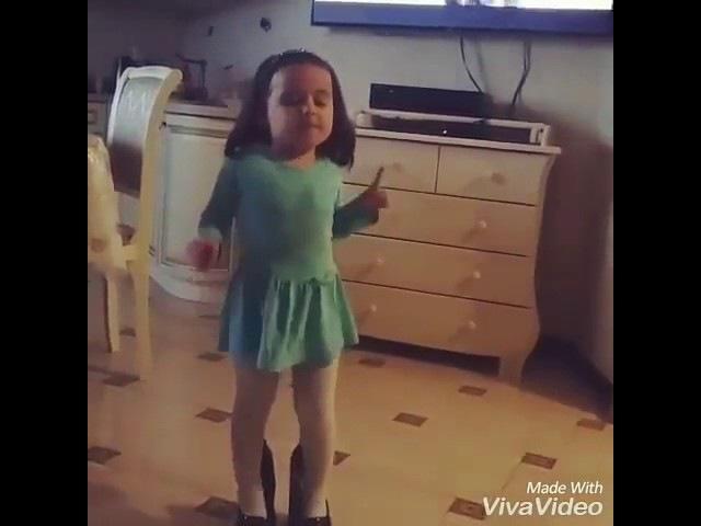 Девочка,танцует под песню Вите надо выйти