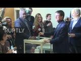 Франция Бывший Премьер-Министр Мануэль Вальс бросает голосование в первом туре праймериз Социалистической Партии.