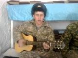 Он взорвал интернет. Десантник круто спел и сыграл на гитаре в армии. За ВДВ