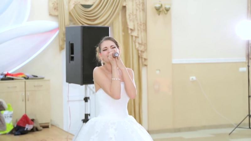 Жизнерадостная невеста великолепно поёт песню жениху на свадьбе