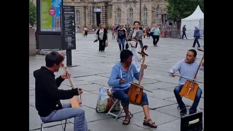 Страсбург. Уличные музыканты из Монголии наводят транс горловым пением.
