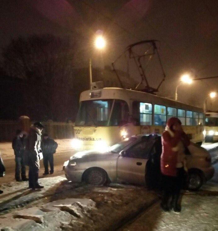 Авария: Трамвай протаранил Daewoo Lanos (ФОТО)