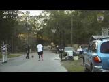 В полицию поступила жалоба, что на улице в 5 вечера дети слишком громко играют в баскетбол.