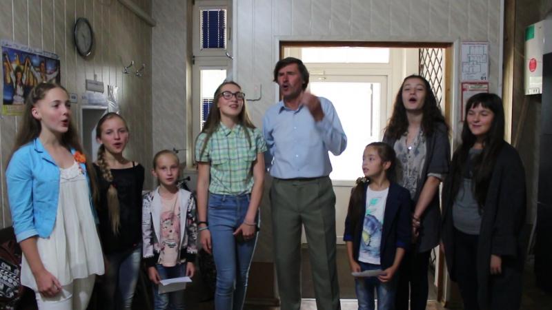 Викладач з німецької мови Анатолій Осадчий з учнями вокально-естрадної студії