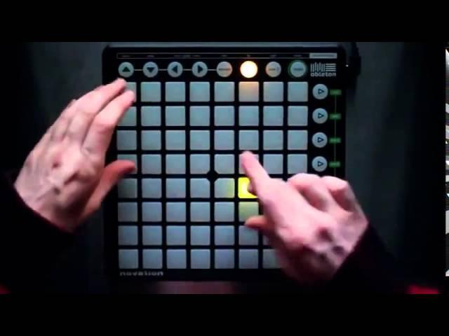 Чувак Отжигает на MIDI клавиатуре.