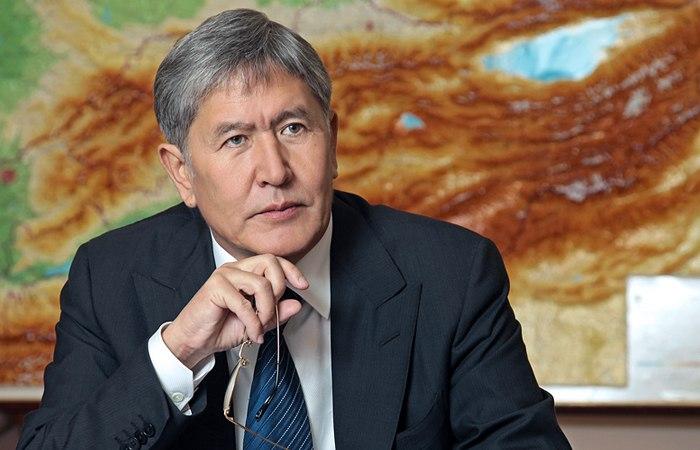 Алмазбек Атамбаев подписал указы о приеме в гражданство бывших таджикистанцев