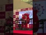 Японский талисман исполняет дэт метал на барабанах для детской песни