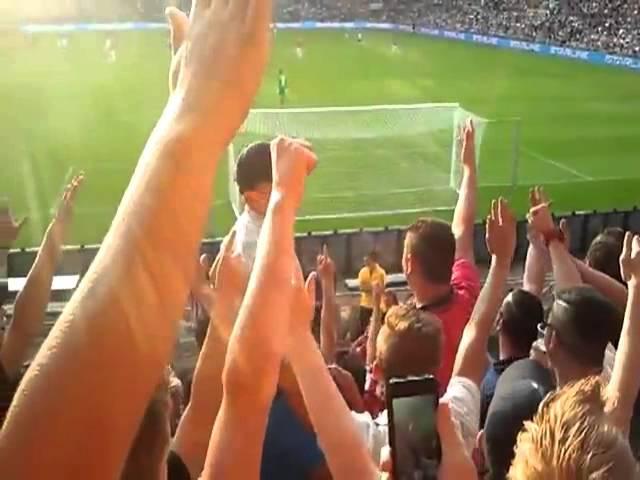 Garotinho lidera Torcida de Futebol-Gatinho Atravessando uma Ponte Molhada