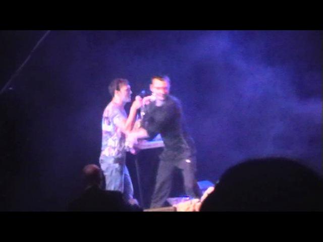 Юрий Шатунов Бить не надо, он сам слезет. Поклонник выскочил на сцену.