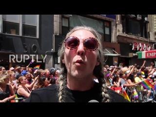 США: Десятки тысяч принимают участие в Нью-Йорк анти-Трамп Прайд Марш.