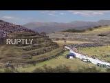 Перу Тысячи зрителей проводят фестиваль Инти Райми в царских руинах.