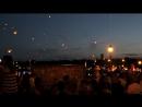в память о погибших детях Донбасса выпустили в небо сотни горящих фонариков