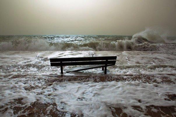 Нет чувства более дурацкого, чем надежда - оно лишает нас не только во