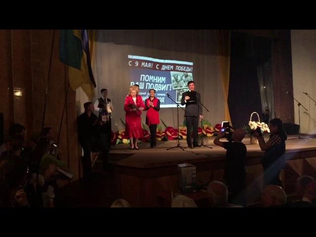 Славянск. Во время фестиваля песни Память священна работница исполкома разбила свою грамоту об голову свидомой активистки.