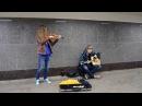 Кукла колдуна красиво поет парень уличный музыкант